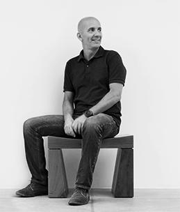 Gui Mattos sentado em preto e branco
